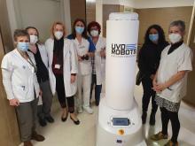 Personal de neteja del Trueta amb el robot de desinfecció