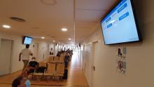Les pantalles informatives a la sala d'espera de l'edifici ambulatori