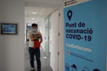 un usuari sortint de vacunar-se de la seu de la Generelitat a Girona