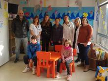 Professionals assistencials, amb una representació del Col·legi de Gestors i els nens guanyadors del concurs amb els seus pares
