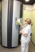 una infermera fa servir l'ordinador de la cabina de fototeràpia