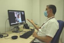 Vídeoconsulta de neurologia a l'Hospital Santa Caterina en diàleg amb la pacient