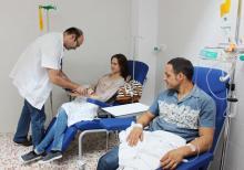 Profesional de la Unidad de Neuroinmunología y Esclerosis Múltiple atendiendo a pacientes.