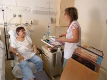 Profesional atendiendo a paciente