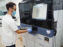 Un tècnic al Laboratori Clínic Territorial