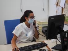 Una professional atenent una trucada telefònica
