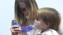 Una mare ajudant el seu fill amb asma