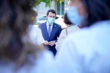 El president Pere Aragonés, envoltat de professionals sanitaris, a la seva visita al CAP